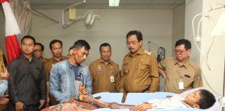 Gubernur Kepri mengunjungi korban kebakaran di Dabo Lingga saat berkunjung ke RSUD di Tanjungpinang.(foto humas)