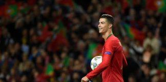 Cristiano Ronaldo membawa bola pada pertandingan Portugal vs Swiss dalam semifinal UEFA Nations League di Stadion Do Dragao, seusai dirinya mencetak hat-trick pada laga tersebut, 5 Juni 2019. (AFP/MIGUEL RIOPA/kompas.com)