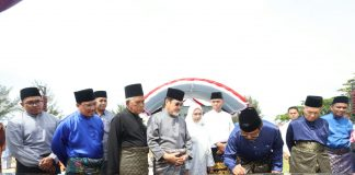 Gubernur Kepri Nurdin Basirun menandatangani sejumlah proyek di Natuna.