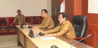 Gubernur Kepri Nurdin Basirun memimpin rapat yang salah satu bahasan mempercepan pembangunan jalan di Kota Batam.(foto humas)