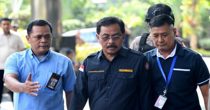 Gubernur Kepri Nurdin Basirun saat tiba di kantor KPK setelah diterbangkan dari Tanjungpinang, Kamis. (foto/ist)