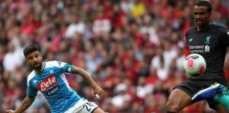 Lorenzo Insigne (kiri) berhadapan dengan pemain Liverpool. (The Sun)