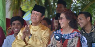 Menteri Kelautan dan Perikanan Susi Pudjiastuti dan Plt Gubernur Kepri H Isdianto dan Buapti Anambas saat festival padang Melang.