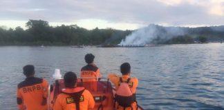 Tim Basarnas Kendari melakukan pencarian terhadap 4 orang penumpang KM Izhar yang terbakar di sekitar perairan antara pulau Bokori dan Tapulaga, Konawe. (Foto dok Basarnas Kendari)