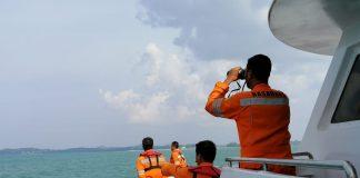 Tim SAR Indonesia mencari dua orang yang dilaporkan terapung di Selat Singapura. (suryakepri.com/dok SAR)