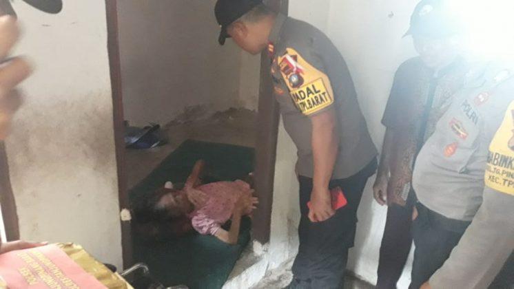 Anggota Polsek Tanjungpinang Barat menjenguk Nenek Atik yang lumpuh di kediamannya. (suryakepri.com/muhammad bunga ashab)