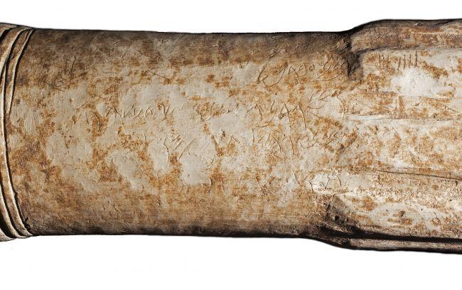 Altar batu berbentuk silinder berusia 2.800 tahun ini baru ditemukan di sebuah tempat suci di dalam kota kuno Ataroth di Yordania. (Foto milik Adam Bean via liveescience)