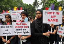 Sejumlah mahasiswi di India menggelar demonstrasi memprotes maraknya pemerkosaan dan kekerasan terhadap perempuan di negeri itu. (The Sun)