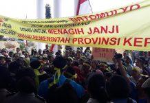 Warga Kampung Tirtomulyo Tanjungpinang saat mendemo kantor Gubernur Kepri (MBA)