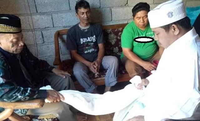 Ferdinan Sumarauw Daniel dituntun imam masjid untuk mengucapkan dua kalimat syahadat. Usai mengakui keislamannya dan mendapatkan nama islami Hidayatullah, 4 jam kemudian dirinya meninggal dunia karena sakit asma yang dideritanya. (foto: Kumparan.com)