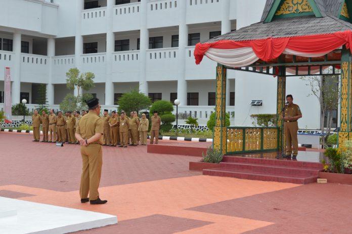 H Isdianto saat memimpin Apel pagi di lapangan kantor Gubernur, Pulau Dompak, Tanjungpinang, Senin (26/8)