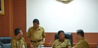 Plt Gubernur Kepri H Isdianto memimpin rapat rutin evaluasi kegiatan pembangunan bersama seluruh Kepala OPD di Rupatama Lt.4, kantor Gubernur, Pulau Dompak, Tanjungpinang, Senin (26/8).