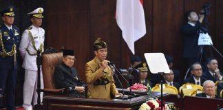Presiden Indonesia Mengenakan baju susu sasak, Nusa Tenggara Barat saat membacakan pidato kenegaraan di Sidang Tahunan MPR. Foto : Antara/Sigid Kurniawan.