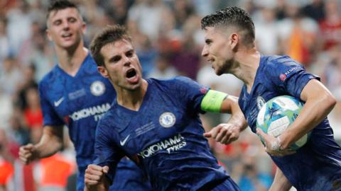 Jorginho merayakan gol penalti pada babak extra time ke gawang Liverpool untuk menyamakan skor menjadi 2-2 (reuters via bbc)