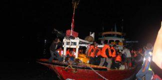 Korban KM Santika Nusantara yang terbakar turun dari perahu nelayan yang membawanya di Pelabuhan Kalianget, Sumenep, Jawa Timur. Jumat (23/8). Foto: ANTARA FOTO/Polres Sumenep