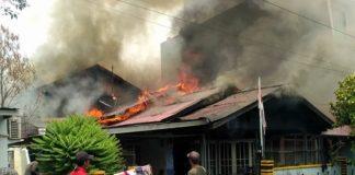 Sebuah rumah indekos terbakar di Jalan Untung Suropati, Kelurahan Benua Melayu Darat, Kecamatan Pontianak Selatan, Kota Pontianak, Kalimantan Barat. (foto:kompas.com)