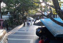 Tim KPK membawa satu koper besar dari rumah Hendi. (suryakepri.com/MBA)