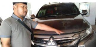 Mobil dinas Bupati Tegal, Umi Azizah dilempar plastik berisi bensin lalu dibakar, Sabtu (24/08/2019) malam. Ajudan menunjukkan mobil yang terbakar. (foto/detik.com)