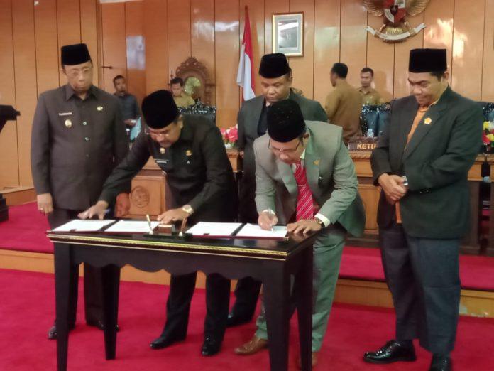 Bupati Karimun Aunur Rafiq menandatangani Perda APBD Perubahan Karimun 2019 di DPRD Karimun, Senin (26/8/2019). Foto Surya Kepri.com/Rachta Yahya