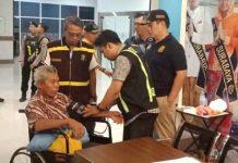 Sejumlah penumpang KM Santika Nusantara menjalani pemeriksaan kesehatan usai dievakuasi. Foto dari : Kumparan.com