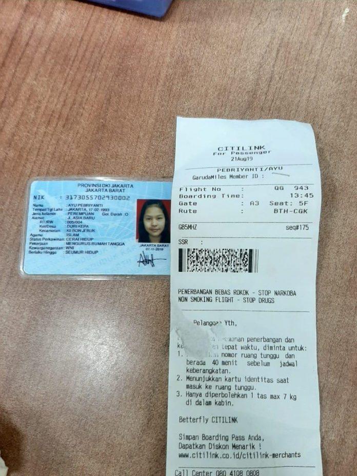 Foto KTP dan tiket boarding.(suryakepri.com)