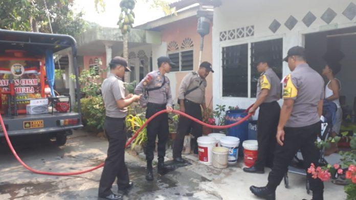 Polsek Tanjungpinang Barat saat menyalurkan air bersih kepada warga.