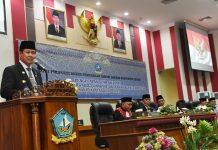 Plt Gubernur Kepulauan Riau H Isdianto saat menghadiri pelantikan anggota DPRD Kabupaten Bintan, Senin (2/9) di kantor DPRD Bintan di Bintan Buyu.