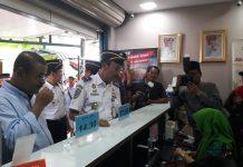 Kepala KSOP Kelas I Tanjungbalai Karimun dan Bupati Karimun Aunur Rafiq saat peluncuran sistem e-ticketing di pelabuhan domestik Karimun, Jumat (6/9/2019). Foto Suryakepri.com/Rachta Yahya