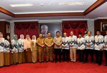 Plt Gubernur Kepulauan Riau H Isdianto saat menerima audiensi PB PGRI HZ Dadang AG dan Plt. Ketua PGRI Kepri Agus Widodo serta para pengurus PGRI lainnya di ruang kerja Plt. Gubernur di Dompak, Tanjungpinang, Selasa (10/9)