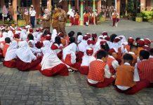Ilustrasi, siwa salah satu SD di Tanjungpinanh sedang duduk di halaman sekolah didampingi gurunya (Foto: Suryakepri.com/MBA)