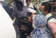 Tim KPK keluar dari ruangan Kepala Disdik Kepri M Dali usai melaksanakan penggeledahan F MBA