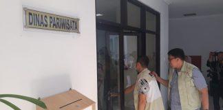 Tim KPK saat hendak menggeledah Dispar Kepri di Komplek Perkantoran Pemerintah Provinsi Kepri di Pulau Dompak, Tanjungpinang (Foto: Suryakepri.com/MBA)