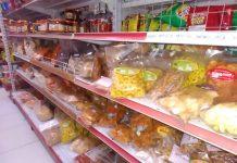 Makanan ringan produk hasil rumahan atau industri rumah tangga (PIRT) dijual di minimarket (Foto: Suryakepri.com/eddy mesakh)