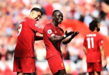Penyerang Liverpool, Sadio Mane (tengah) melakukan selebrasi bersama Roberto Firmino usai mencetak gol ke gawang Newcastle United pada pekan ke-5 Liga Premier Inggris di Anfield, Sabtu (14/9/2019). (Sumber: LFC-Globe)
