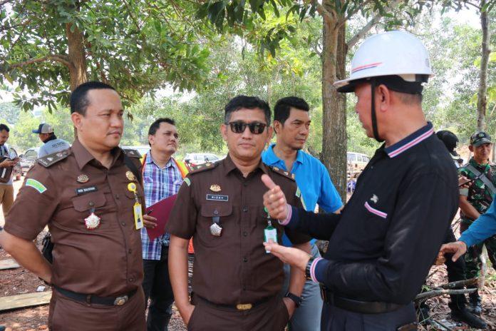 Ketua TP4D Kejari Tanjungpinang Rizky Rahmatullah (kaca mata) saat berdialog dengan Wali Kota Tanjungpinang Syahrul dalam peninjauan proyek yang dikawal TP4D (Ist)