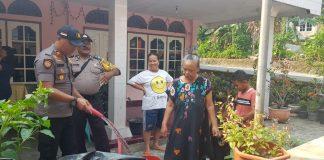 Kapolsek Tanjungpinang Barat Iptu Firuddin langsung menyalurka air bersih bagi warga Jalan Angrek, Kelurahan Bukit Cermin, Kecamtan Tanjungpinang Barat.