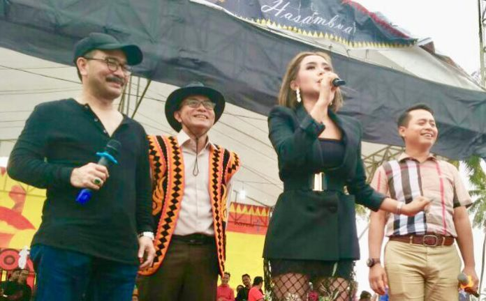 Firman Jaya Daeli sempat menyanyi dan menari bersama Kapolres Nias, Bupati dan Wakil Bupati Nias Barat, Wakil Bupati Nias Selatan, Ketua dan Wakil Ketua Tim Penggerak PKK Kabupaten Nias Barat.(suryakepri.com/ist)