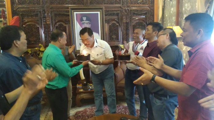 Para pengurus Pejabat Batam bersilautrahmi ke kediamananya HM Soerya Respationo SH,MH di Taman Duta Mas, Batam Center Kamis siang (12/09/2019). Para tokoh Pejabat merayakan ultah Soerya yang ke-60. (suryakepri.com/agung)