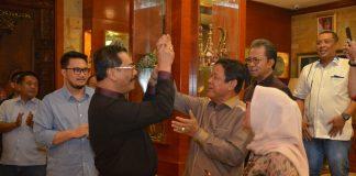 Plt Gubernur Kepri, H Isdianto tampak larut dalam kebahagiaan bersama Soerya Respationo pda Ultah ke 60, Kamis (12/09/2019) malam.(ist)