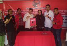 Mantan Kepala BP Batam Lukita Dinarsyah Tuwo Minggu (15/09/2019) resmi mengambil formulir penjaringan bakal calon walikota Batam ke kantor DPC PDI-P Kota Batam.(suryakepri.com/agung)