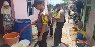 Polsek Tanjungpinang Barat dan Satuan Sabhara Polres Tanjungpinang menyalurkan air bersih kepada warga.(MBA)