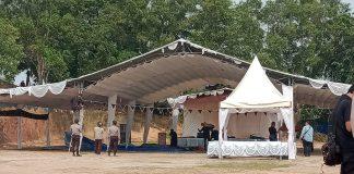 Sejumlah pengikut ajaran Syiah dibantu personel Polres Karimun membongkar tenda acara Syiah di Kelurahan Baran Barat, Kecamatan Meral, Minggu (22/9/2019) pagi. (Foto Suryakepri.com/Rachta Yahya)