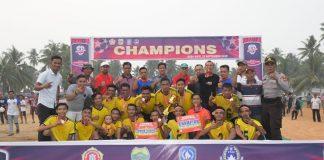 Plt Gubernur Kepulauan Riau H Isdianto ditengah antusias masyarakat yang hadir mengelilingi stadion sepak bola Desa Kote, Minggu (15/9/2019).