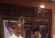 Tokoh masyarakat Kepri HM Soerya Respationo SH,MH bersama panglima Gagak Hitam Udin Pelor, Senin (30/09/2019). (suryakepri.com/pwk)