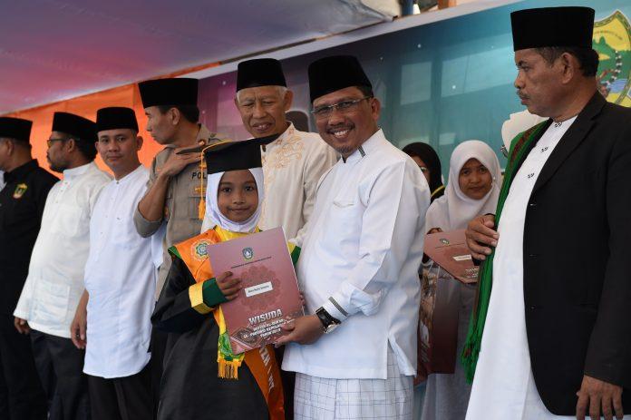 H TS Arif Fadillah saat menghadiri acara Khotmil Quran Kubro dan Wisuda Tahfiz Al Quran di Gedung Nasional Dabo Singkep, Kabupaten Lingga, Selasa (22/10/2019).