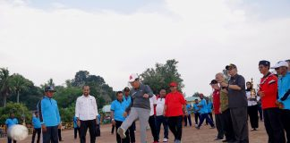 Plt Gubernur Kepulauan Riau H Isdianto saat Turnamen Sepak Bola Dusun III Berjong 2019, Desa Batu Berlubang, Kecamatan Dukung Serumpun, Kabupaten Lingga, Selasa (23/10/2019).