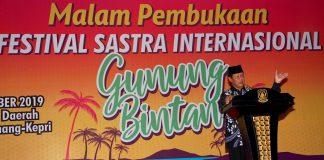 Plt Gubernur Kepulaan Riau H Isdianto saat membuka Festival Sastra Internasional Gunung Bintan Tahun 2019 di Halaman Gedung Daerah Tanjungpinang, Senin (28/10/2019) malam.