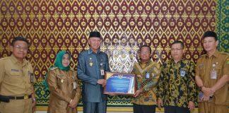 Wali Kota Tanjungpinang Syahrul menerima penghargaan WTP dari Teguh Dwi Nugroho selaku Kepala Kantor Direktorat JenderalPerbendaharaan Kepridi kantor Wali Kota Tanjungpinang.