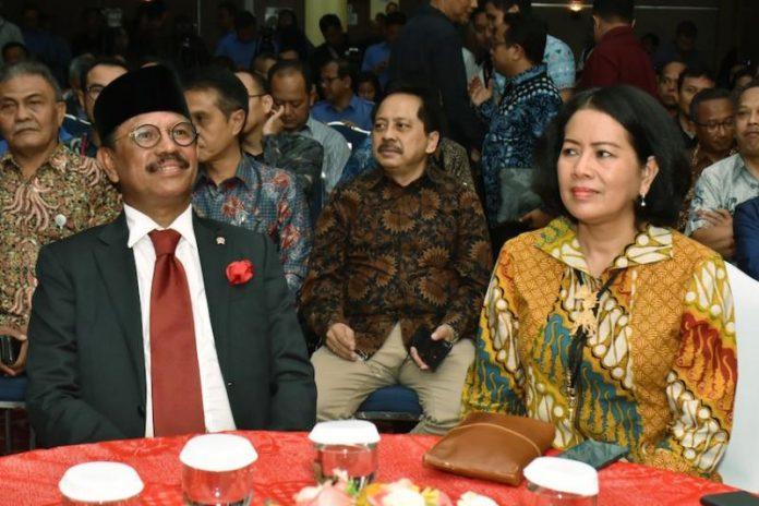 Menteri Kominfo Johnny Gerard Plate bersama Sekjen Kementerian Kominfo Rosarita Niken Widiastuti saat serah terima jabatan di Aula Anantakupa, Kantor Kementerian Kominfo, Jakarta, Rabu (23/10/2019). (Sumber: Kominfo)