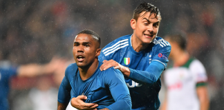 Douglas Costa (depan) bersama Dybala merayakan gol yang dia cetak ke gawang Lokomotiv pada injury time. (twitter/Juventus)